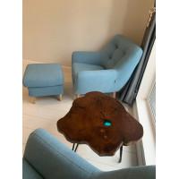 Стол-клякса из термокарагача с голубой заливкой